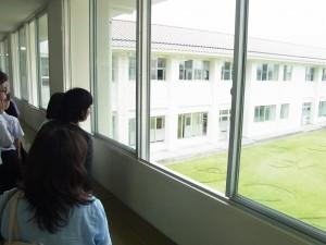 校内見学(3階から中庭芝絵を俯瞰)
