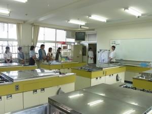 生活デザインコースの内容の紹介を調理実習室で生徒が。