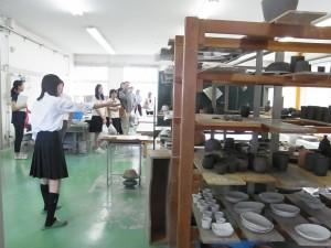 陶芸デザインコースの作品づくりについて生徒が紹介。