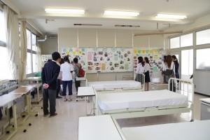 福祉ボランティアコース実習室(医療関係への学校進学希望の3年生らが説明)