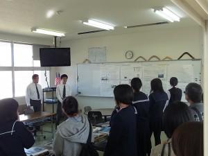 インターナショナルコースの教室で所属生徒が説明。