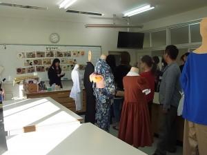 生活デザインコースの被服実習室で所属生徒が説明。