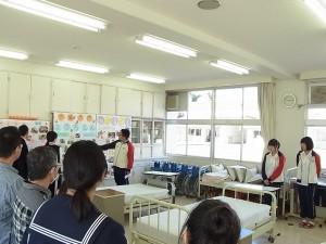 福祉ボランティアコース実習室で所属生徒が説明。