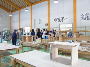 クラフトデザインコースの木材加工室で本校教員が説明。