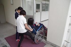 福祉ボランティアコース(車椅子操作体験、手話歌など)。