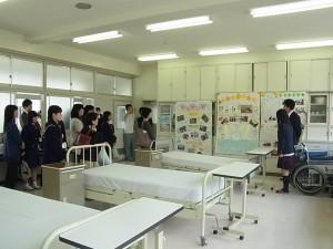 福祉ボランティアコース実習室(生徒から説明を)