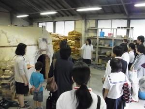 陶芸デザインコースの登り窯の見学(3年生が説明)