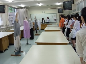 生活デザインコース実習室(服飾)の見学(3年生が説明)