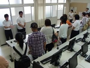 情報システムコース実習室の見学(3年生が説明)