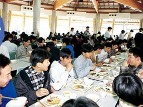 大食堂でみんな思い思いに食事を楽しむことができる
