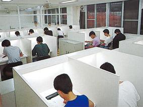学習室では、各自備え付けの机で勉強に集中できる
