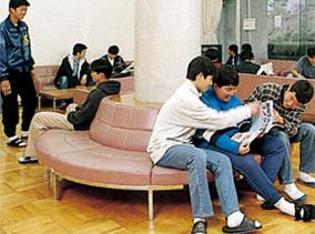 男子寮のラウンジにはテレビ、電話、本、新聞があり、和気あいあいと時を過ごす