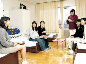 6人一組の各寮室では、いろいろな話題に笑顔がいっぱい